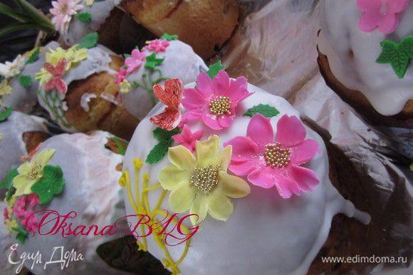 Готовые куличи украсить белковой глазурью (на 1 белок 250-300 гр. сахарной пудры).