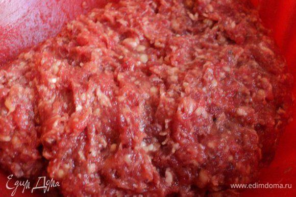Подготовленную говядину провернуть дважды через мясорубку, добавить 2 яйца, соль, перец по вкусу. Хорошо вымесить и выбить фарш до однородной плотной массы.