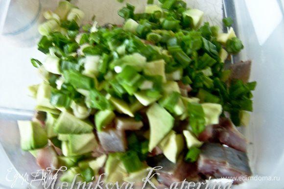 В отдельную тару (у меня пластиковый контейнер) нарезать кубиками филе очищенной сельди, авокадо и лук. Внимание: авокадо должен быть спелым, мягким, иначе будет не очень вкусно!