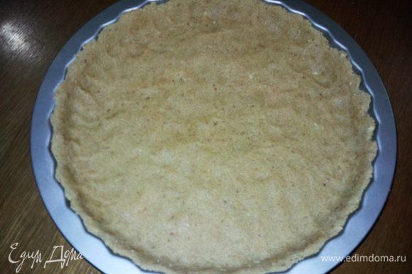 Разогреть духовку до 170С. Тесто выложить в смазанную жаропрочную форму для выпечки пирогов и разровнять. Выпекать в духовке минут 15 до золотистого цвета.