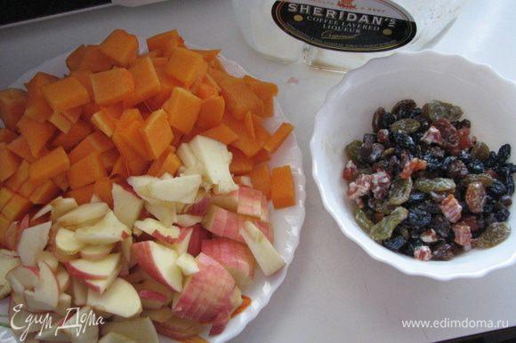 приготовить начинку: тыкву порезать кубиками, яблоки порезать, изюм замочить в ликере
