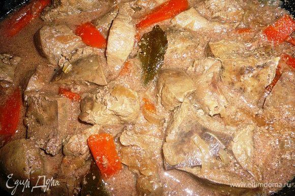 Печень замочить в молоке на 2-3 часа, чтобы ушла горечь. Лук и морковь нашинковать и слегка обжарить на растительном масле. Я это делала в чугунке. Туда же добавить нарезанную небольшими кусками печень. Тушить под закрытой крышкой минут 15-20, добавить соль, лавровый лист и душистый перец.