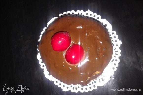 для глазури смешать шоколад.сливки с какао и поставить на водяную баню, покрыть кексы глазурью ,украсить вишенкой или грецким орехом...