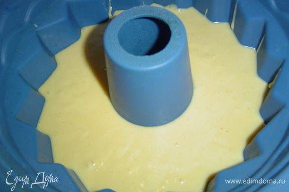 Готовое тесто выливаем в форму и выпекаем 30-35 минут. Готовность проверяем деревянной палочкой, при готовности кекса она должна оставаться сухой.