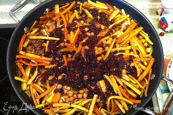 Когда пройдет указанное время, нужно вынуть из Вок чеснок и перец, разровнять морковь, сверху добавить изюм (промытый).