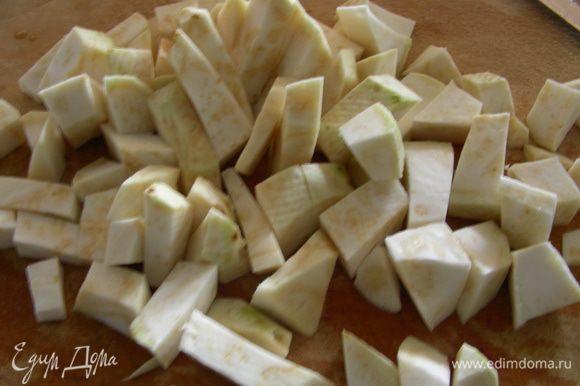 Пока горох варится, подготовим овощи. Картофель или сельдерей моем, чистим, режем произвольно и отвариваем до готовности (я делала в пароварке).