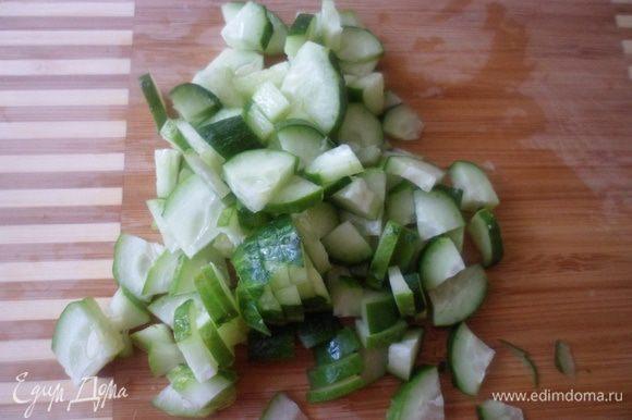 Моем сначала все овощи. и режем огурцы