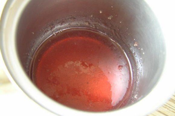 Приготовить желе. Желатин замочитть в любом соке красного оттенка (у меня вишневый).