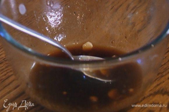 Приготовить заправку: соединить оливковое и кунжутное масло, соевый соус, 1 ст. ложку сока лайма и мед, добавить чеснок, чили и свежемолотый перец, все перемешать.