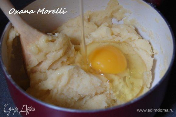 Снять с огня, немного остудить и ввести по одному 4 яйца, каждое тщательно вмешивая в тесто.