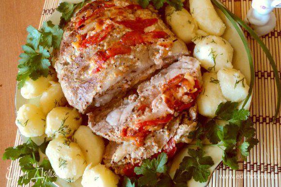 Подавать мясо с любым гарниром, прорезав кусочки до конца и полив образовавшимся соком. Приятного аппетита!