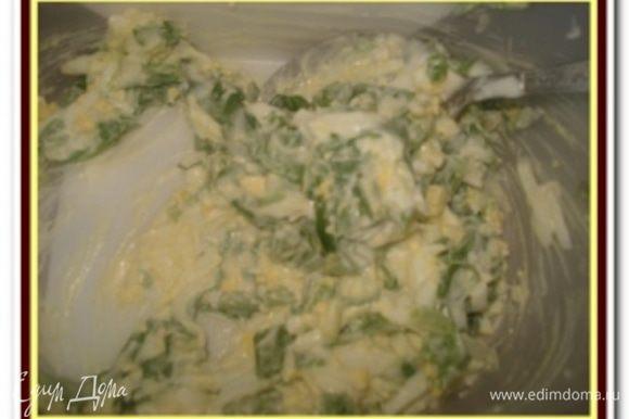 Приготовить печеночные блины как для тортика, изменив количество продуктов согласно списку ингредиентов. Приготовить начинку: листья черемши промыть, обсушить и порубить. Вареные яйца очистить и натереть на крупной терке. Смешать яйца, черемшу, заправить майонезом, посолить и поперчить по вкусу.