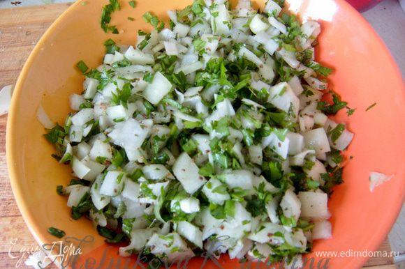 Тем временем подготовить начинку. Для этого лук репчатый мелко нарезать. Также мелко нарезать всю зелень. Добавить соль и зиру, перемешать.
