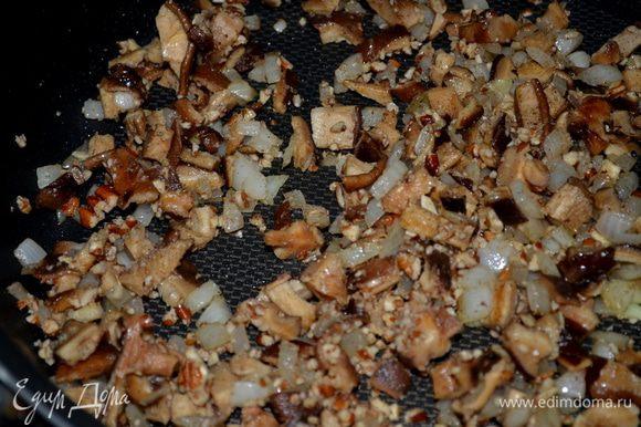 Разделить по желанию перепелок на попалам. Разогреть духовку до 200гр. Разогреть сковороду на сред. огне. Добавить олив.масло, затем грибы, лук и часто помешивать. Цв.капусту ,тимьян ,пекан соль и перец добавить к грибам и готовить до мягкого состояния.