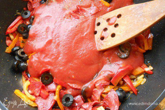 И сразу же протертые томаты. Потомить на среднем огне 2-3 минуты. В процессе можно посолить, поперчить, впрочем, все зависит от остроты колбасок.