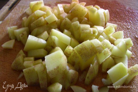 Доводим до кипения и добавляем нарезанный кубиками картофель. Готовим минут 10.