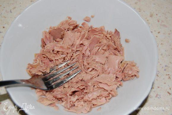 Тунец (без сока) размять вилкой. Добавить творожный сыр, сливки, и взбить в блендере до однородности.