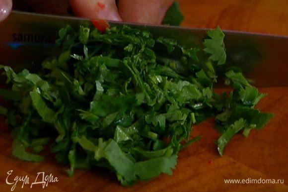 Полпучка кинзы очень мелко порезать и добавить в тесто.