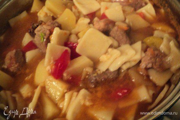 В конце тушения к мясу добавить сваренные галушки, осторожно перемешать и заправить растертым чесноком с тмином.