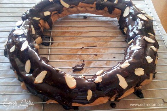 Посыпать миндальной стружкой. Пирог получается очень нежный, а с чашечкой кофе - это великое наслаждение!