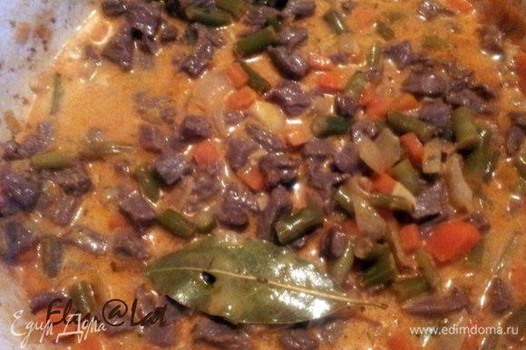 Затем добавить фасоль, вмешать томатную пасту, присыпать мукой и подрумянить. Затем добавить вино 300мл. воды. Доведите до кипения и тушите еще 5 минут. Влейте сливки и добавьте мясо, посолите поперчите и добавьте розмарин, накройте крышкой и дайте постоять минут 10, чтобы ароматы смешались.