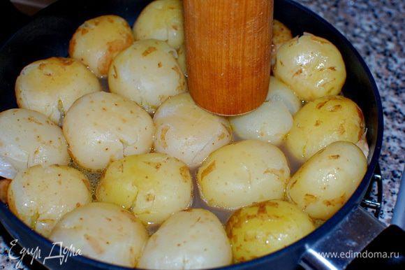 Довела до кипения.Снизила огонь, и варила до готовности картофеля. Бульон должен выпариться до 1/2. Сняла сковороду с огня и примяла каждую картофелину,деревянной картофелемялкой,слегка!!!,чтобы картофель треснул.
