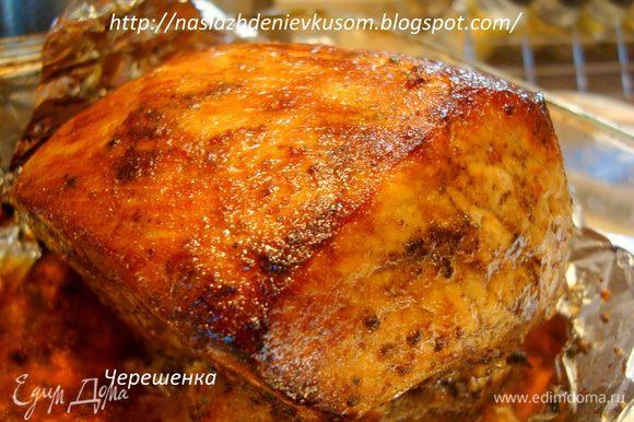 Запекать свинину необходимо в заранее разогретой до 180 градусов духовке 1,5 часа. Затем аккуратно разрезаем крест-накрест фольгу сверху (не обожгитесь), разворачиваем в виде цветка и ставим на 5-10 минут под гриль. Если у вас духовка без гриля, то просто сделайте огонь на максимум и дайте мясу покрыться красивой золотистой корочкой… После того свинина будет готова, заверните ее снова в фольгу и дайте постоять, отдохнуть так сказать, минут 10-15, а уже потом смело разрезайте на порции и угощайте своих близких!