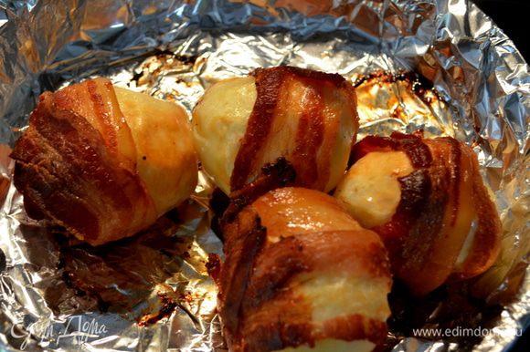 Достаем готовый картофель с беконом.
