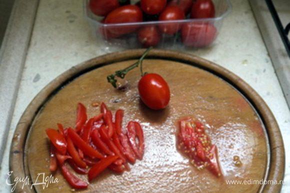 Нарезать на тонкие ломтики помидор и сырую морковь.Их я буду использовать для серединки цветка.