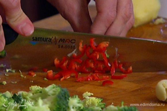 Чили порезать мелкими полосками (если любите острое, семена не вынимайте).