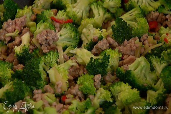 Когда мясо посветлеет, добавить брокколи, перемешать.