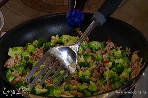 Через минуту влить соус Nam Pla и мед и готовить, перемешивая, еще несколько минут.