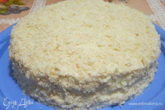 Собираем торт. Смазываем хорошо кремом коржи. Может показаться, что крема получилось многовато, но на самом деле после пропитки видно, что его в самый раз. Ставим торт в холодильник на 12 часов. Но, честно говоря, торт становится вкуснее на 2-е сутки.)) Приятного аппетита!