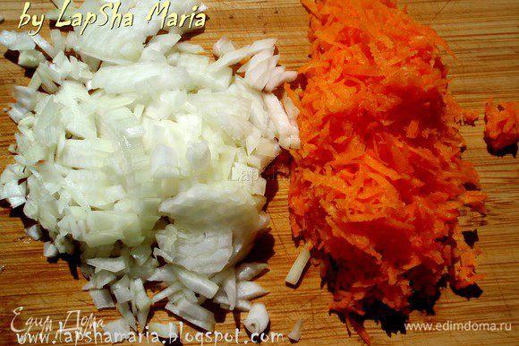 А пока подготовим овощи. Морковь почистим и натрем на терке, лук нашинкуем мелкими кубиками, обжарим все вместе на оливковом масле. Свеклу почистим и порежем на полоски, можно тоже натереть на терке, но мне нравится когда она чувствуется. Обжарим на небольшом количестве масла.