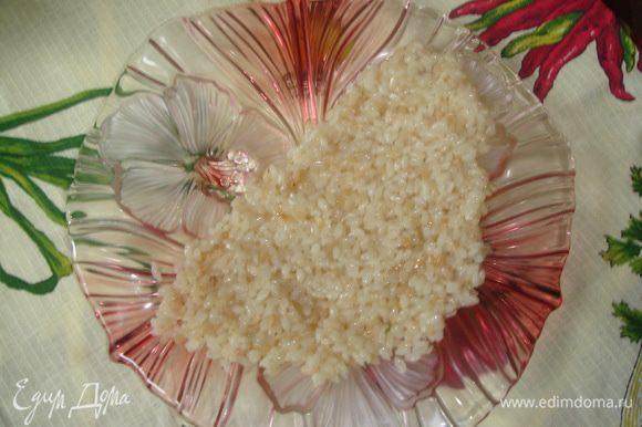 После обжаривания добавляем воды на пол пальца выше риса, солим и доводим рис до готовности. Выкладываем на тарелку в форме дольки арбуза (полукруг)