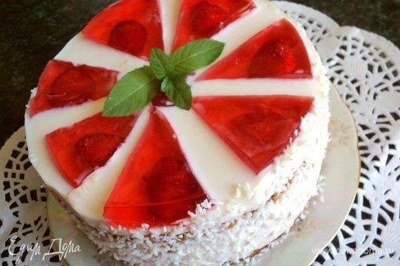 Бока готового торта освободить от бумаги, смазать тонким слоем сиропа и обсыпать кокосовой стружкой.
