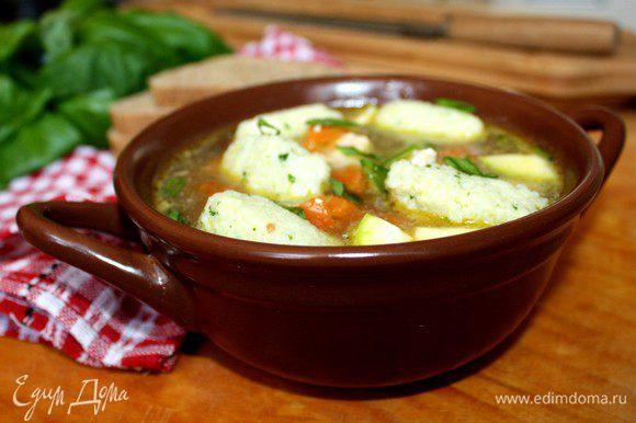 Готовые клёцки переложить в горячий суп.Подавать,посыпав ароматной зеленью.Приятного аппетита!