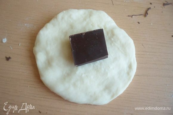 Шарик немножко приплюснуть, в серединку положить кусочек шоколада