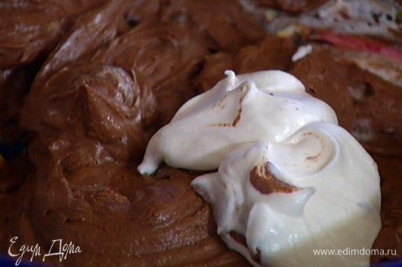 Приготовить крем: половину слегка остывшего растопленного шоколада перемешать с шоколадно-ореховой пастой. Затем добавить взбитые сливки и еще раз вымешать.
