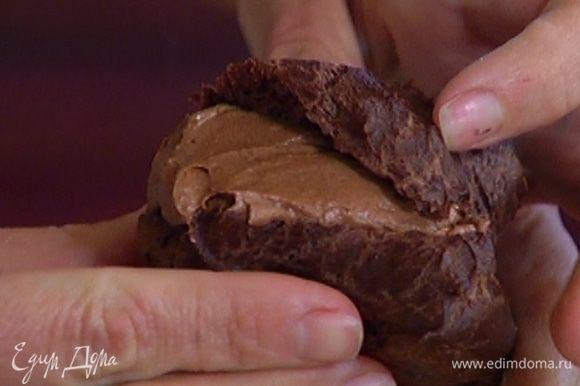 Готовые эклеры надрезать сбоку и наполнить шоколадным кремом.