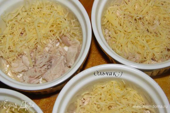 Выкладываем курицу, затем сыр.
