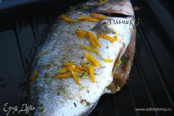 На раскалённую сковороду-гриль, смазанную оливковым маслом, выкладываем рыбу, обжариваем с 2-х сторон по паре минут.