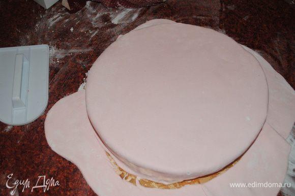 Раскатать мастику и покрыть торт. Аккуратно обрезать по краю.