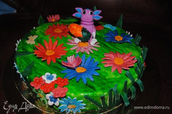 И потом покрасила торт, и украсила цветами и Лунтиком.