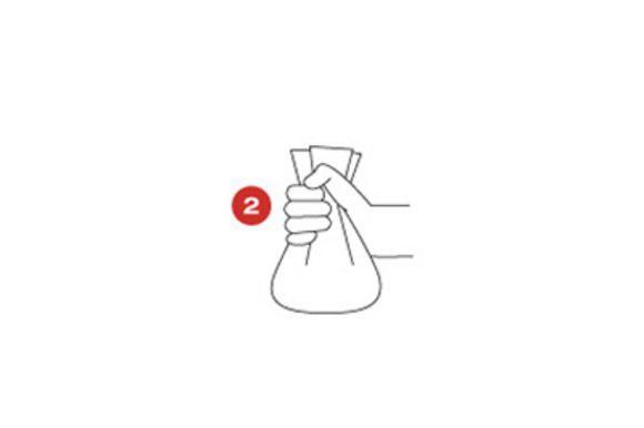 Сверните кулинарную бумагу в кулек, взявшись за ее края, и с помощью кулинарной нити завяжите верхушки кульков.