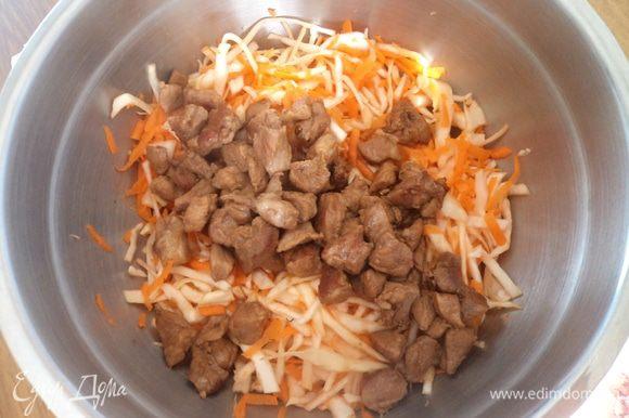 обжариваем свинину до корочки в масле, затем добавляем соевый соус и тушим пару минут. Затем все это выкладывает в горячем виде на капусту с морковь. Таким же образом обжариваем лук и также добавляем к капусте. Все хорошо перемешиваем, добавляем еще немного соевого соуса по вкусу и ставим в холод. Лучше готовить этот салат утром или на ночь, чтобы хорошо пропитался и охладился.