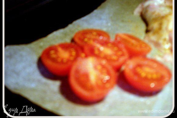 В заранее разогретой духовке до 230С запечь помидорки черри, предварительно разрезав их на половинки и присыпав сахаром.