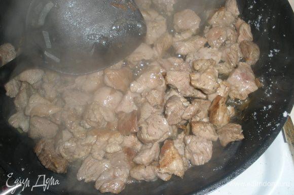 Разогреть сухую сковороду. Обжарить в ней мясо. Посолить, поперчить.