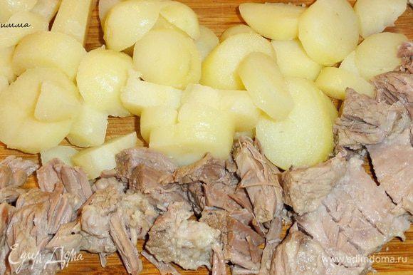 Картофель очистите от кожуры и нарежьте кусочками (если у вас молодой картофель, то его можно и не чистить). Мясо разберите на волокна или нарежьте.