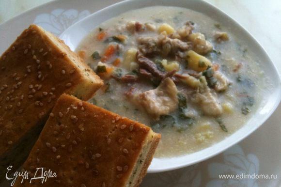 Дать пирогу немного остыть, порезать на порционные кусочки и подавать с супом. Приятного аппетита!